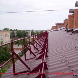 Ограждение кровельное на крышу дома красного цвета