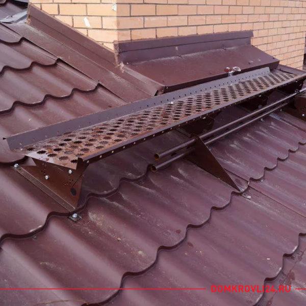 Переходной мостик коричневого цвета на крыше дома