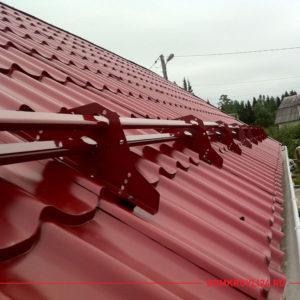 Снегозадержатель трубчатый для крыши дома красного цвета