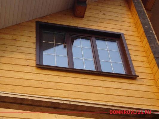 Деревянное трехстворчатое окно в доме