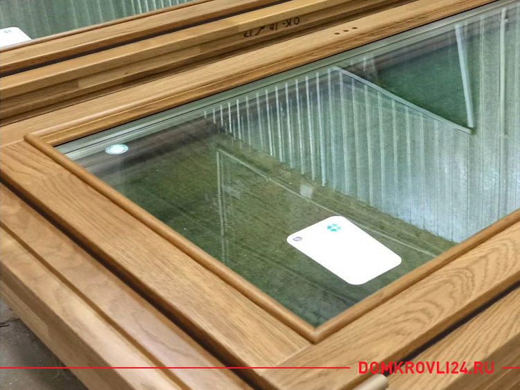 Деревянная рама окна со стеклопакетом