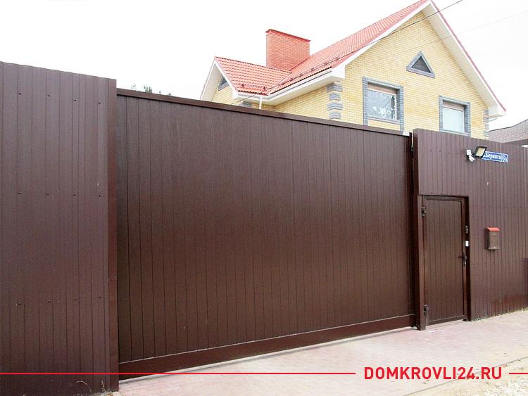 Раздвижные ворота из коричневого профлиста