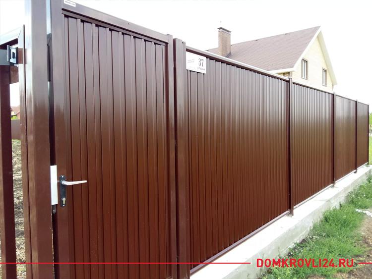 Забор и калитка из коричневого профнастила